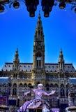 Opinión de la bola de la vida en la estatua delante ayuntamiento en Viena, Austr Imagen de archivo libre de regalías