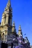 Opinión de la bola de la vida en la estatua delante ayuntamiento en Viena, Austr Fotografía de archivo libre de regalías
