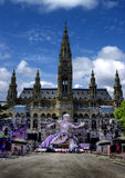 Opinión de la bola de la vida en la estatua delante ayuntamiento en Viena, Austr Fotos de archivo