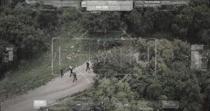 Opinión de la cámara del abejón de vigilancia el pelotón del terrorista que camina con las armas almacen de video