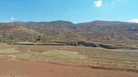 Opinión de la cacerola del panorama de la cuesta seca del arroz en africano Madagascar metrajes
