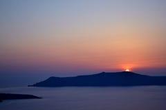 Opinión de la caldera durante la puesta del sol, Santorini Foto de archivo