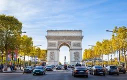 Opinión de la calle a Arc de Triomphe en Champs-Elysees imagenes de archivo