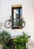 Opinión de la calle de la ciudad vieja de Rethymno, isla de Creta, Grecia imágenes de archivo libres de regalías
