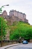 Opinión de la calle con el castillo de Edimburgo en Escocia foto de archivo