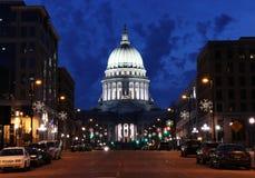 Opinión de la calle con el edificio del capitol del estado Fotos de archivo