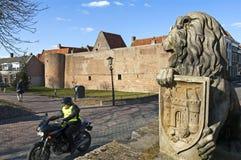 Opinión de la calle con el jinete y la pared de la ciudad, Elburg del motor Imagen de archivo libre de regalías