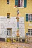 Opinión de la calle con la fuente en la ciudad vieja de Solothurn foto de archivo