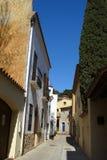 Opinión de la calle con las casas de piedra de Begur, Cataluña Foto de archivo