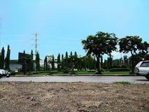 Opinión de la calle con los árboles y el cielo azul Imagen de archivo