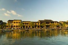 Opinión de la calle con los barcos tradicionales en un fondo de la ciudad antigua en Hoi An Vietnam fotos de archivo libres de regalías