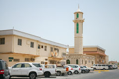 Opinión de la calle con los coches y el alminar de la mezquita, la Arabia Saudita Fotos de archivo