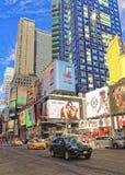 Opinión de la calle de Broadway en Times Square Imágenes de archivo libres de regalías