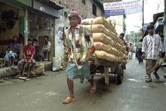 Opinión de la calle de Dacca con el cemento que arrastra del portero Fotografía de archivo libre de regalías