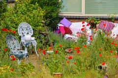 Opinión de la calle de la casa tradicional adornada con las plantas Imagen de archivo