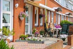 Opinión de la calle de la casa tradicional adornada con las plantas Imagen de archivo libre de regalías
