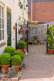 Opinión de la calle de la casa tradicional adornada con las plantas Fotografía de archivo