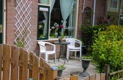 Opinión de la calle de la casa tradicional adornada con las plantas Imágenes de archivo libres de regalías