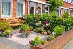 Opinión de la calle de la casa tradicional adornada con las plantas Foto de archivo