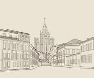 Opinión de la calle de la ciudad de Moscú con el edificio famoso del rascacielos de Stalin en fondo Horizonte del grabado de Rusi libre illustration