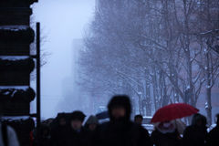Opinión de la calle de la visibilidad que nieva pobre Imagen de archivo libre de regalías