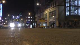 Opinión de la calle de Manchester City en la noche almacen de video