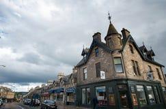 Opinión de la calle de una pequeña ciudad en la montaña de Escocia Imagen de archivo