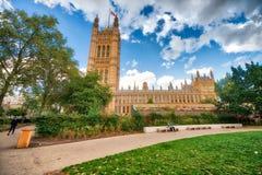 Opinión de la calle del palacio de Westminster, Londres en una d soleada hermosa Fotografía de archivo libre de regalías