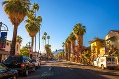 Opinión de la calle del Palm Springs en la salida del sol fotografía de archivo