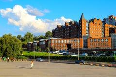 Opinión de la calle, edificios del rojo de ladrillo, arquitectura en un día soleado del verano Ciudad de Dnipro, Dnepropetrovsk, imagen de archivo