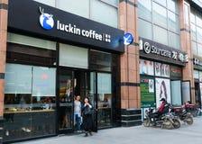 Opinión de la calle el pueblo chino que sale de una cafetería de Luckin en Wuhan China imagenes de archivo