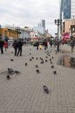 Opinión de la calle en la calle peatonal, Ekaterimburgo, Federación Rusa fotos de archivo libres de regalías