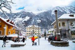 Opinión de la calle en la ciudad de Chamonix, montañas francesas, Francia Foto de archivo libre de regalías