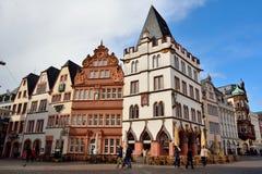 Opinión de la calle en Trier, con los edificios históricos Steipe y Rotes Haus del renacimiento Imagenes de archivo