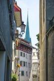 Opinión de la calle a la iglesia de San Pedro en Zurich en verano en Switze Fotos de archivo libres de regalías