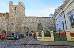 Opinión de la calle a la pared de la ciudad en la ciudad vieja en Tallinn en Eston Imagen de archivo