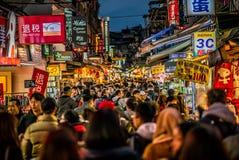 Opinión de la calle de por completo del mercado de la noche de Shilin de la gente en Taipei Taiw fotos de archivo libres de regalías