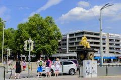 Opinión de la calle Rider Dresden de oro Imagen de archivo