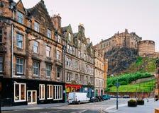 Opinión de la calle sobre el castillo de Edimburgo en Escocia foto de archivo libre de regalías