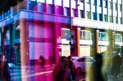 Opinión de la calle a través de la ventana de la gente que pasa en silueta Fotos de archivo libres de regalías