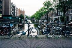 Opinión de la calle y de los canales en Amsterdam Imagenes de archivo