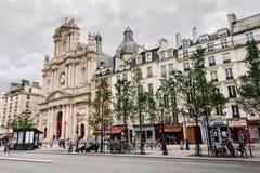 Opinión de la calle y de la iglesia en el distrito de Marais imagen de archivo