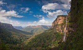 Opinión de la cascada de la montaña - montañas azules Imágenes de archivo libres de regalías