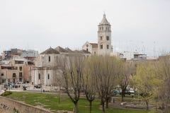 Opinión de la catedral de Barletta del castillo Fotografía de archivo