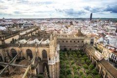 Opinión de la catedral y de la ciudad de Sevilla foto de archivo libre de regalías