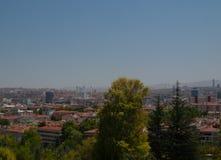 Opinión de la ciudad de Ankara con la mezquita y las montañas del cami de Kocatepe Fotografía de archivo