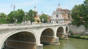 opinión de la ciudad con el birdge de piedra, río de Tíber, Roma, Italia, 4k metrajes