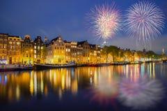 Opinión de la ciudad de Amsterdam de la noche de casas tradicionales holandesas con Fotografía de archivo