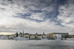 Opinión de la ciudad de Estocolmo del agua imagenes de archivo