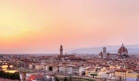 Opinión de la ciudad de Florencia en la luz del sol del color de rosa de la tarde Fotos de archivo